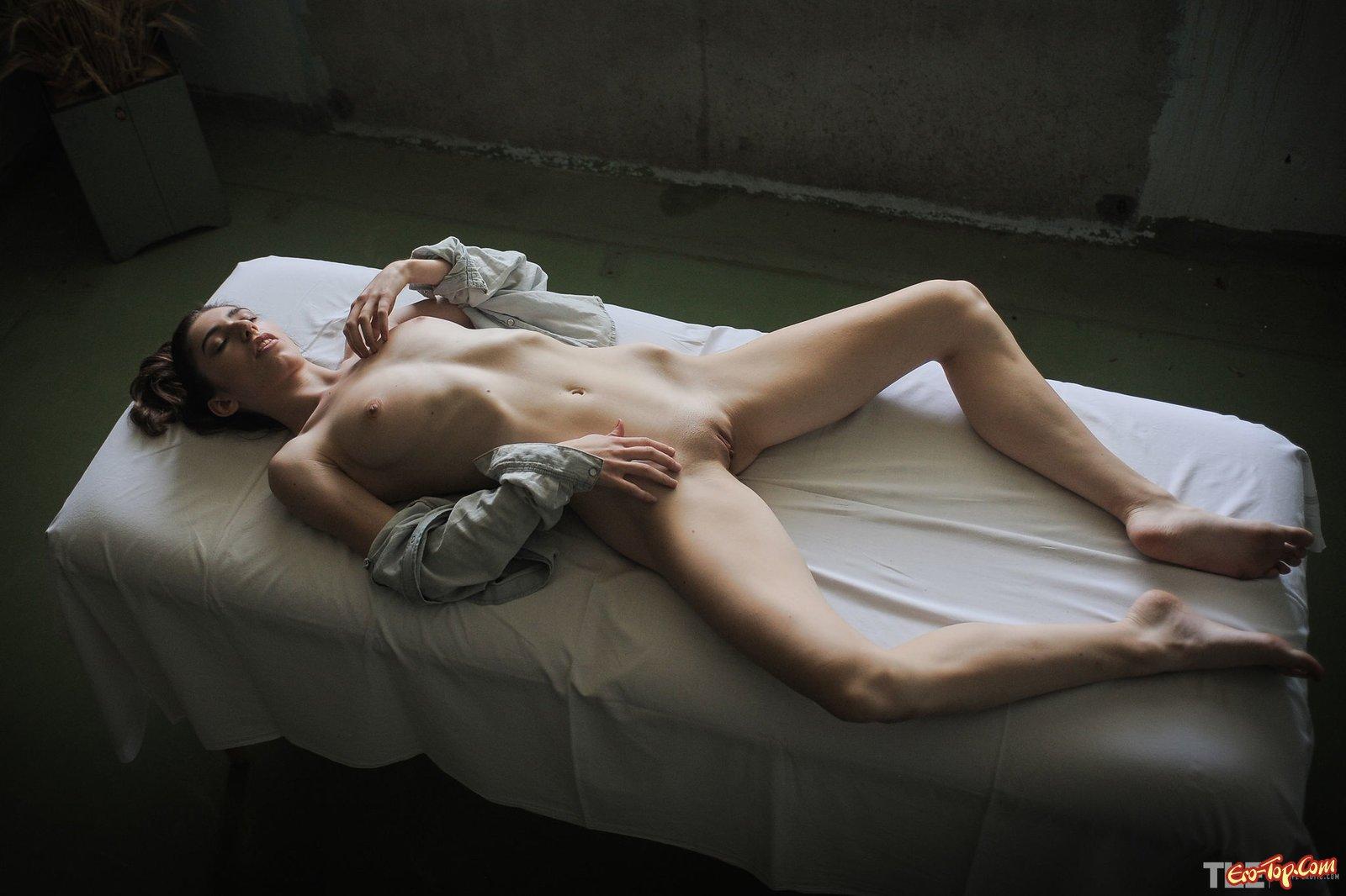 Голая девка с плоским животом на массажном столе