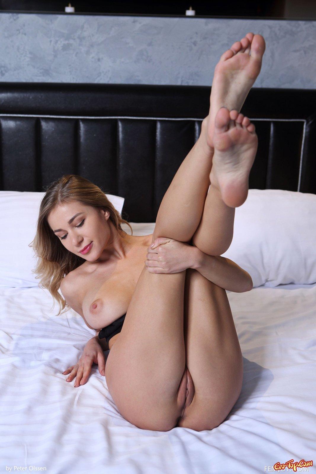 Обалденная девушка с голым телом на кровати