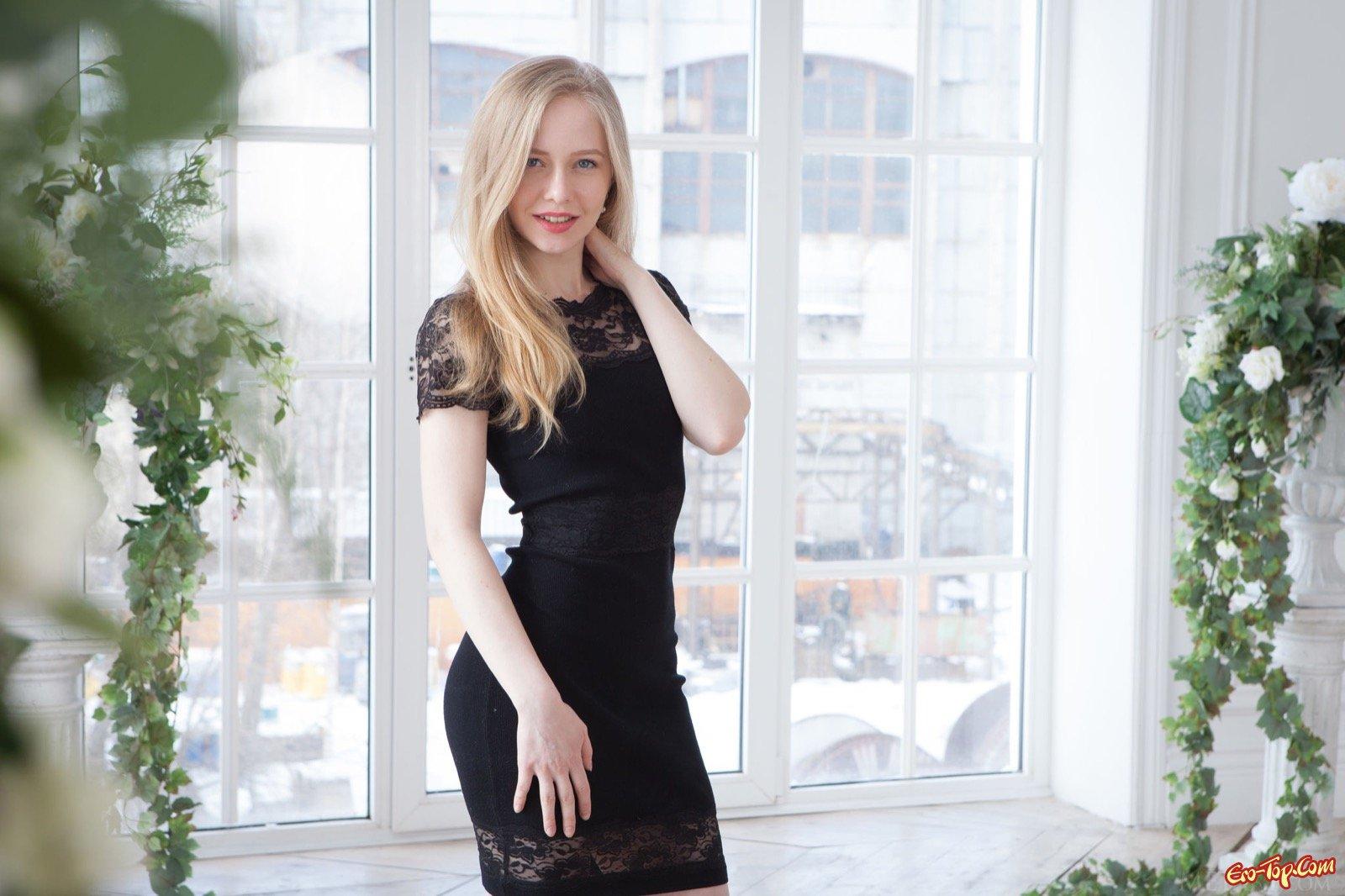 Элегантная блондинка стащила облегающие платье