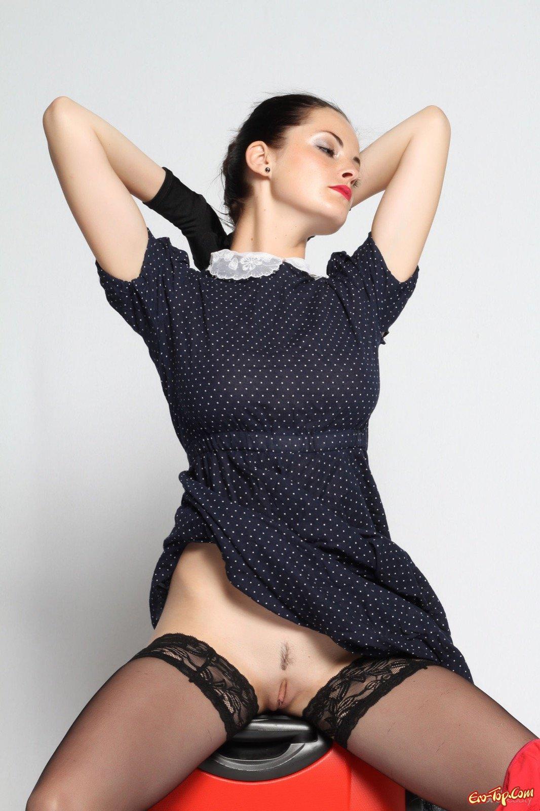 Элегантная мамаша в чулках скинула платье