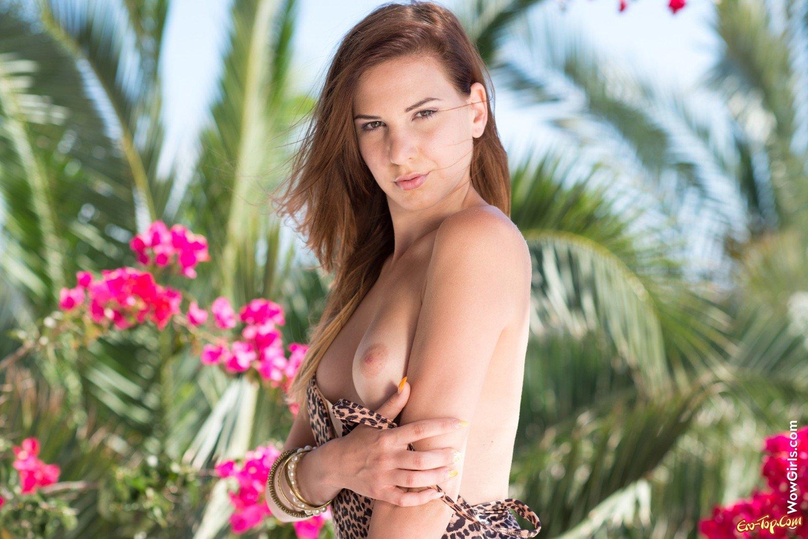 Восхитительная баба соблазнительно сбросила леопардовый купальник