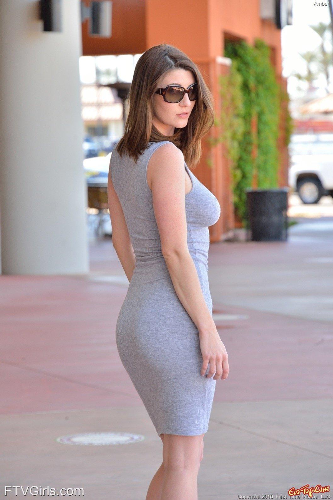 Милая женщина в платье без белья оголилась на улице