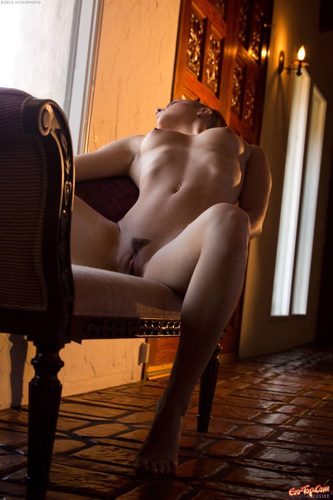 Чика с волосатым влагалищем показала голые сиськи