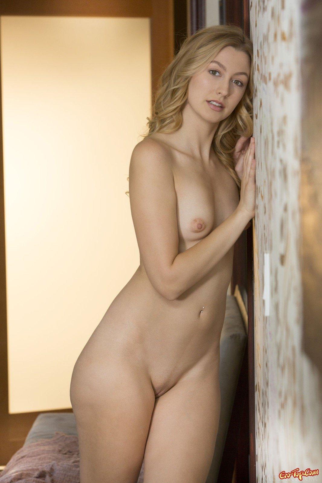 Блондинка в шортиках показала маленькую грудь
