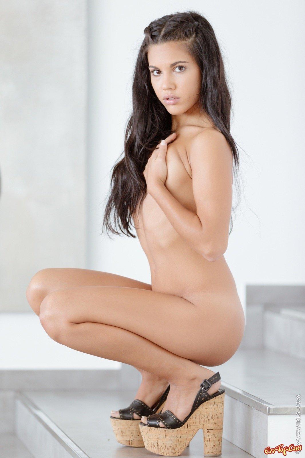 Плоская девка с откровенной сракой и пилоткой секс фото