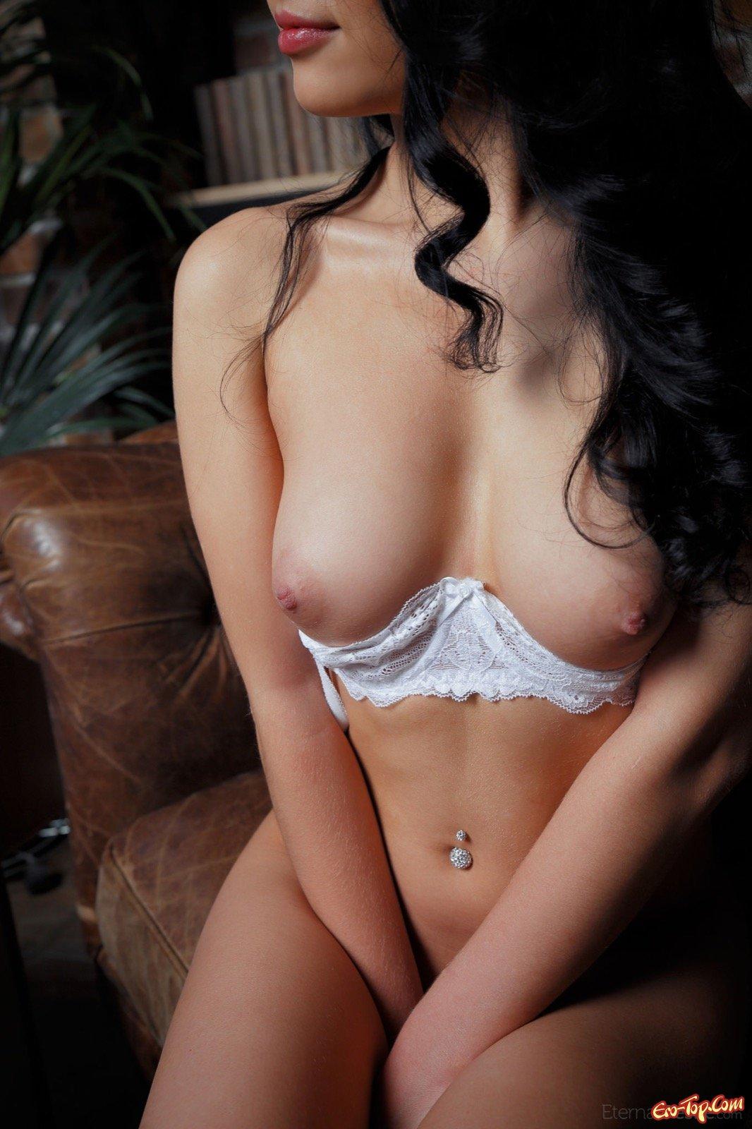 Изящная девка в рубашке и кружевном нижнем белье