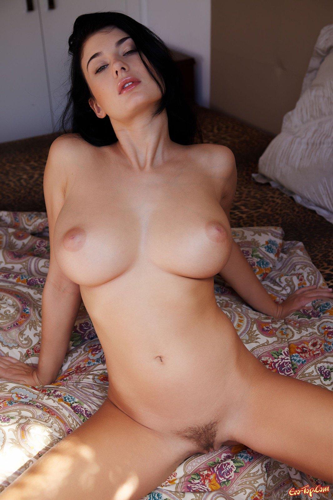 Настоящие огромные дойки от шикарной брюнетки секс фото