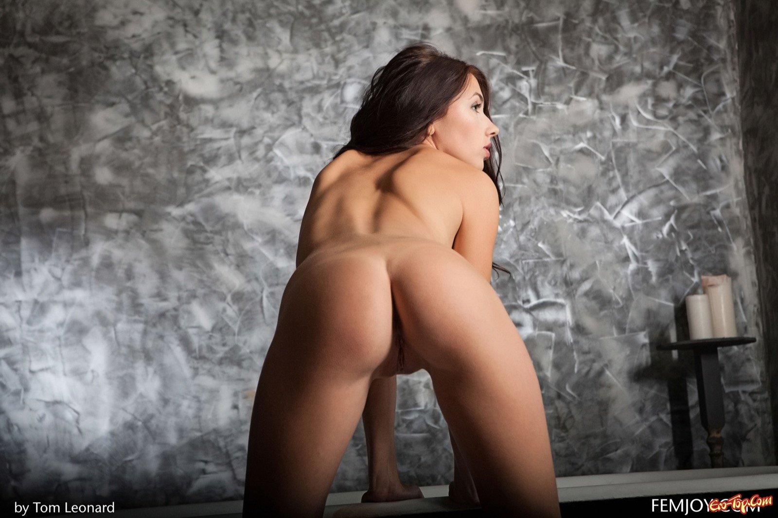 Голая леди с упругими буферами в ванной комнате секс фото