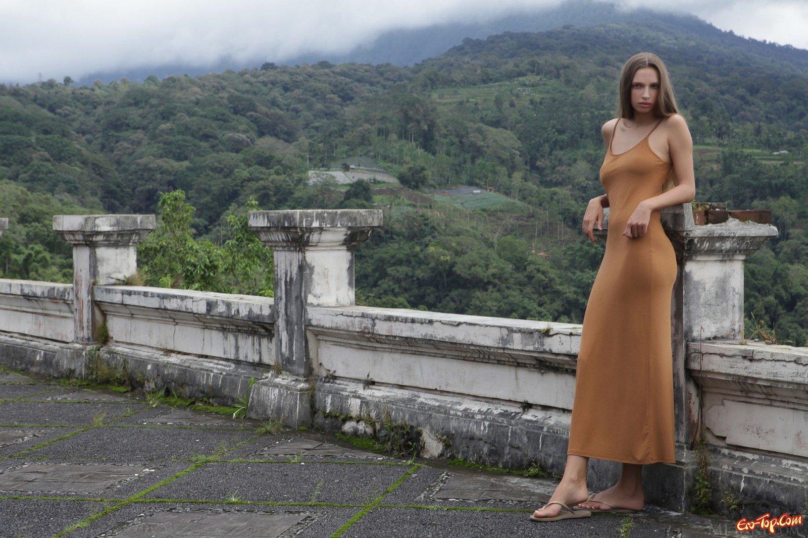 Худышка в длинном платье показала сексуальное туловище