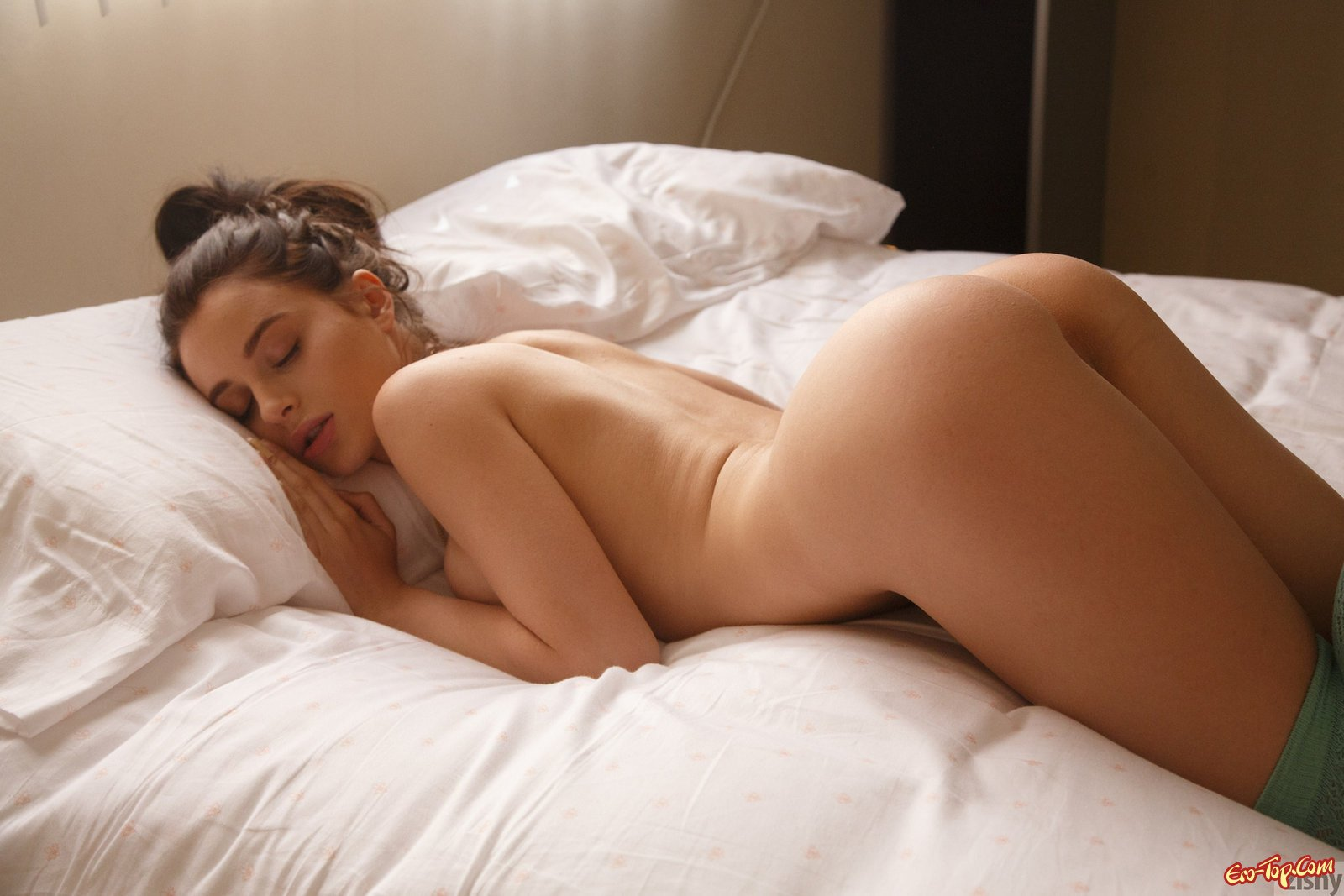 Эротичная леди с шикарной задницей в кровати