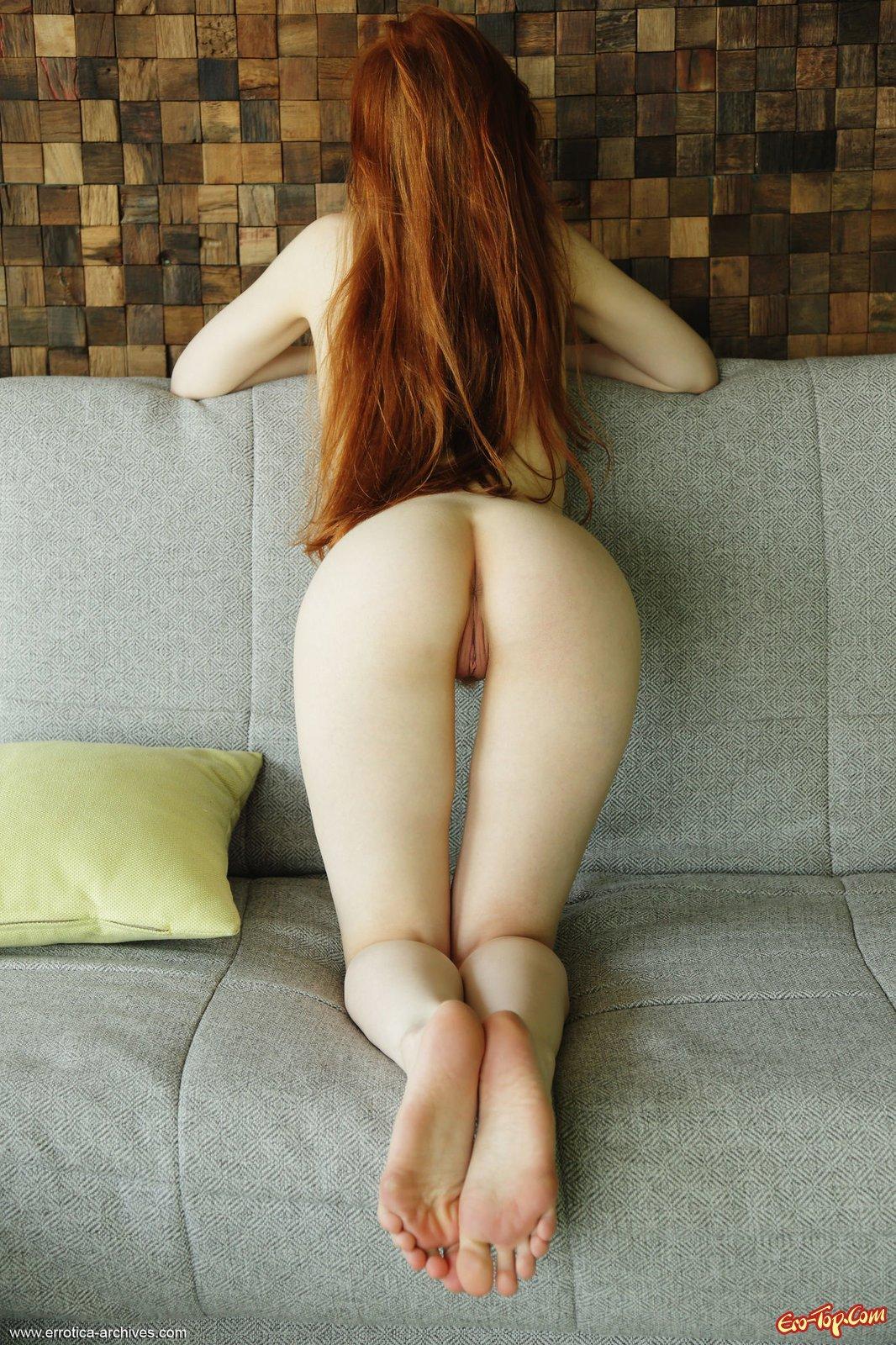 Рыжеволосая сучка с маленькой грудью продемонтстрировала задницу