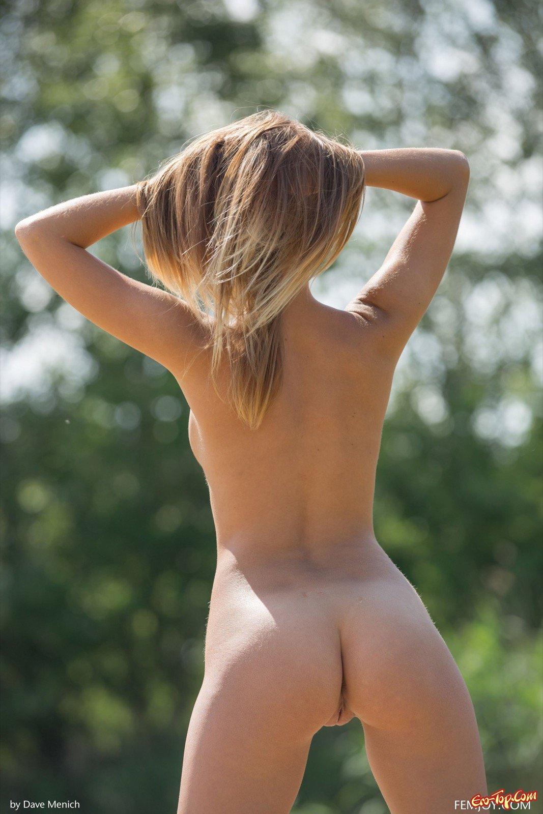 Оголившись чистенькая жена встала раком на берегу моря секс фото