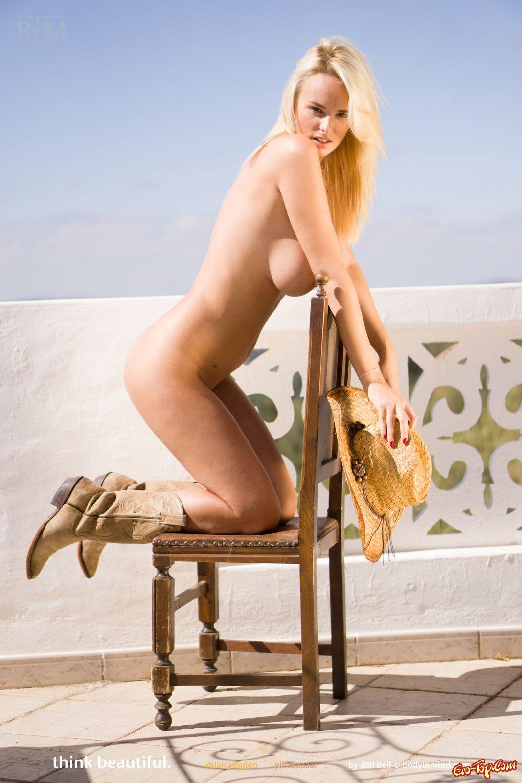 Блондинка без лифчика демонстрирует крупные буфера