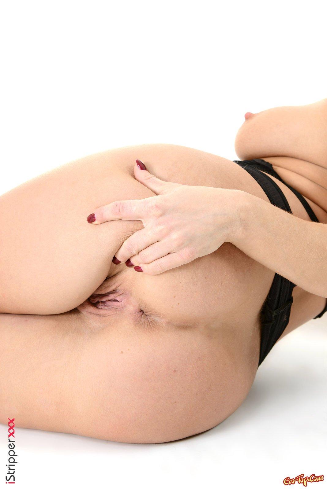 Симпатичная woman в эротическом белье разделась на камеру
