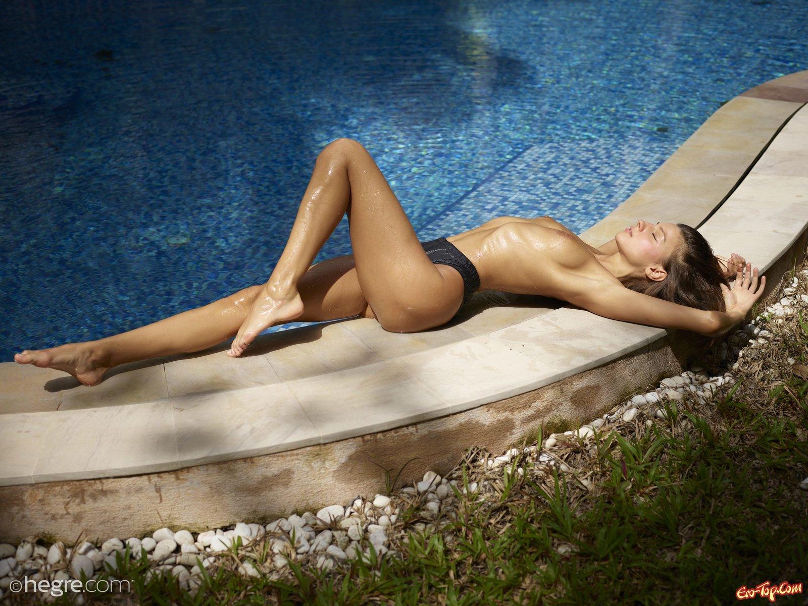 Русская девка намочила сексуальное тело в бассейне