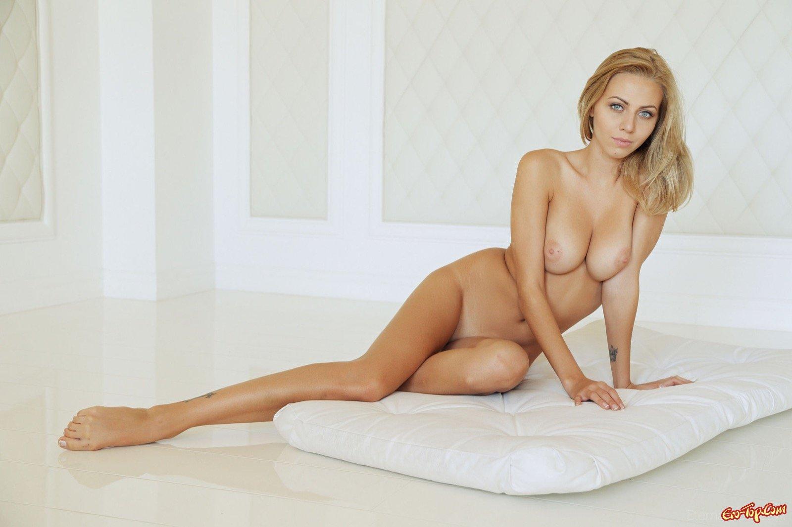 Привлекательная раздетая тёлка с привлекательной задницей