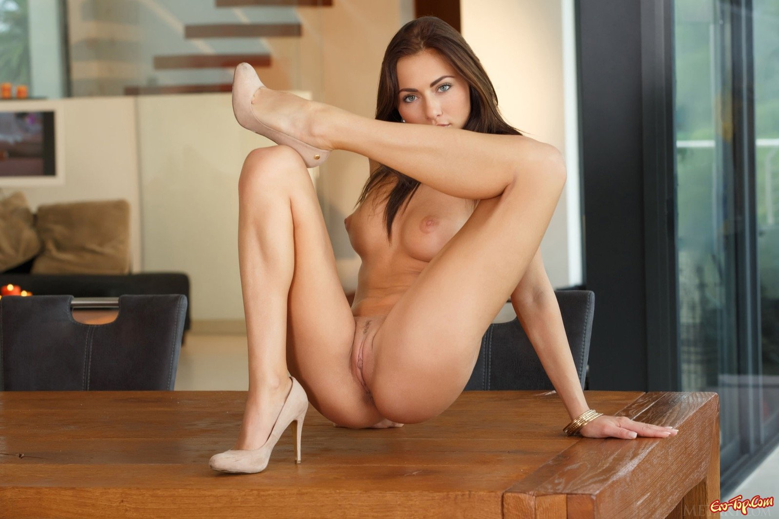 Сексапильная темненькая девушка в туфлях блистает без платья