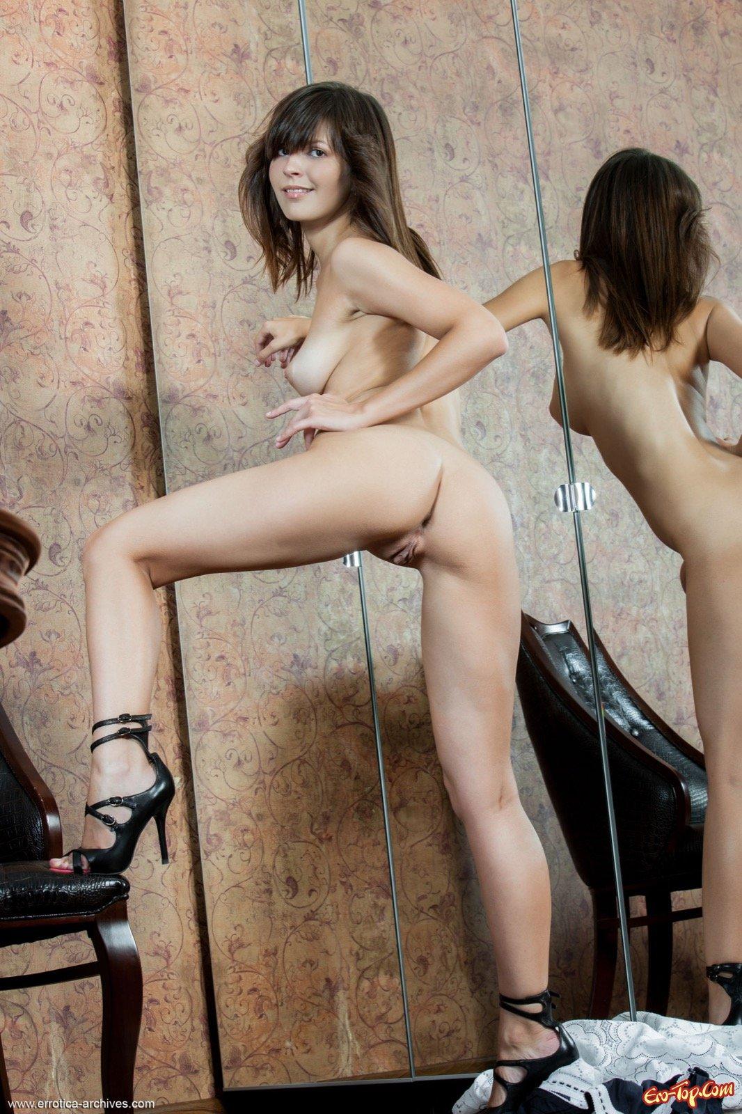 Девушка эротично сняла длинное платье у зеркала