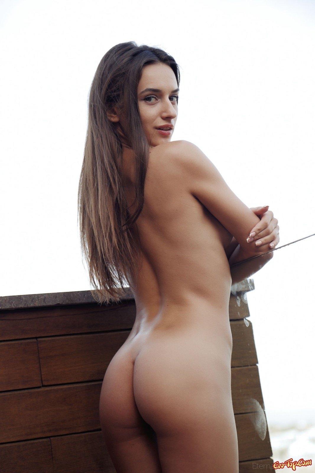 Ухоженная совершеннолетняя топ-модель фотографируется обнаженной на балконе
