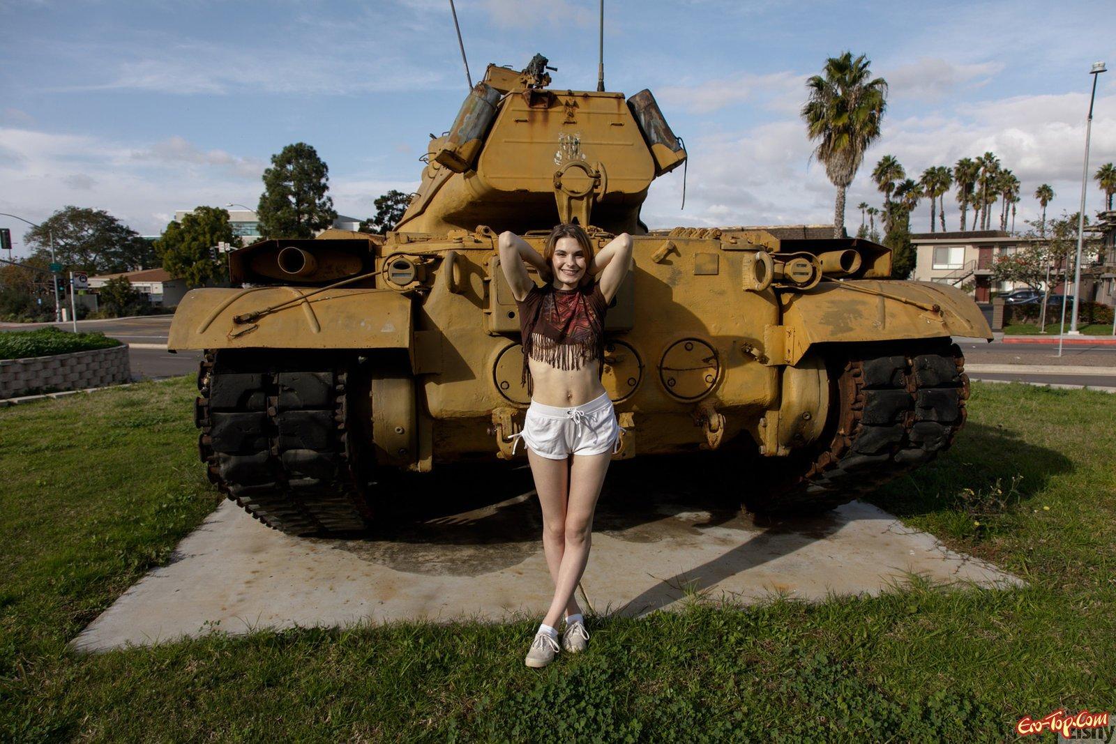 Худенькая девушка в коротких шортах показала грудь