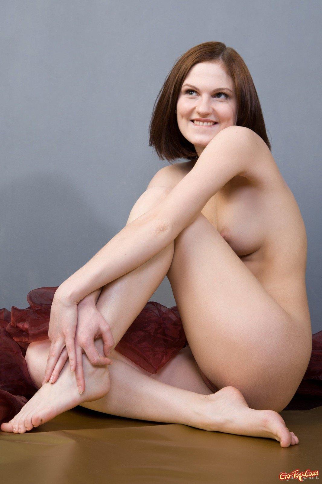 Симпатичная леди эротично снимается голой на полу