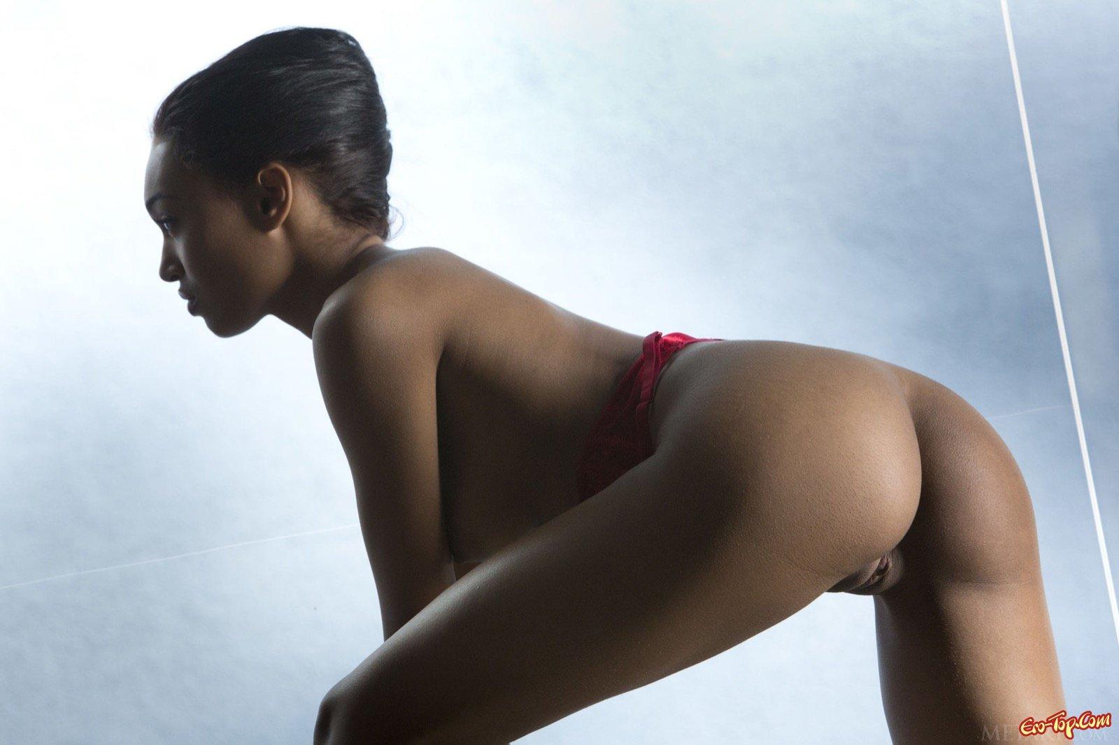 Сочная африканка стягивает красное нижнее бельё