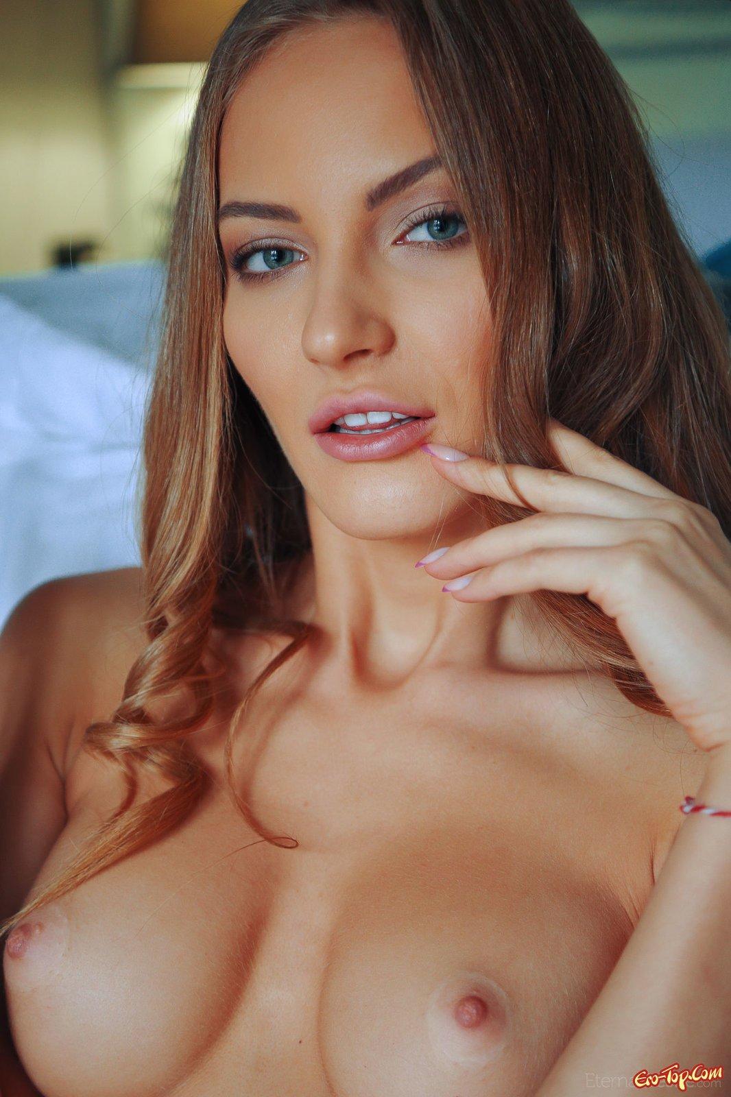 Стройная мадам в пеньюаре без трусов на кроватке смотреть эротику