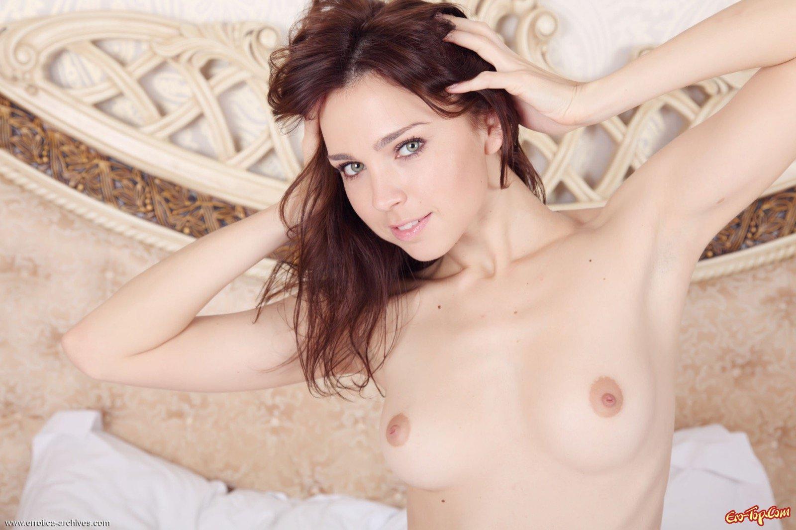 Нагая леди с крохотными сиськами в спальне