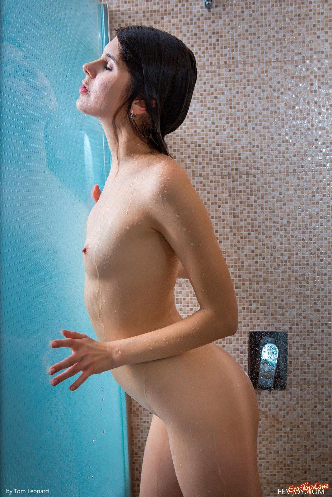 Красавица с маленькой грудью сняла трусы в ванной секс фото