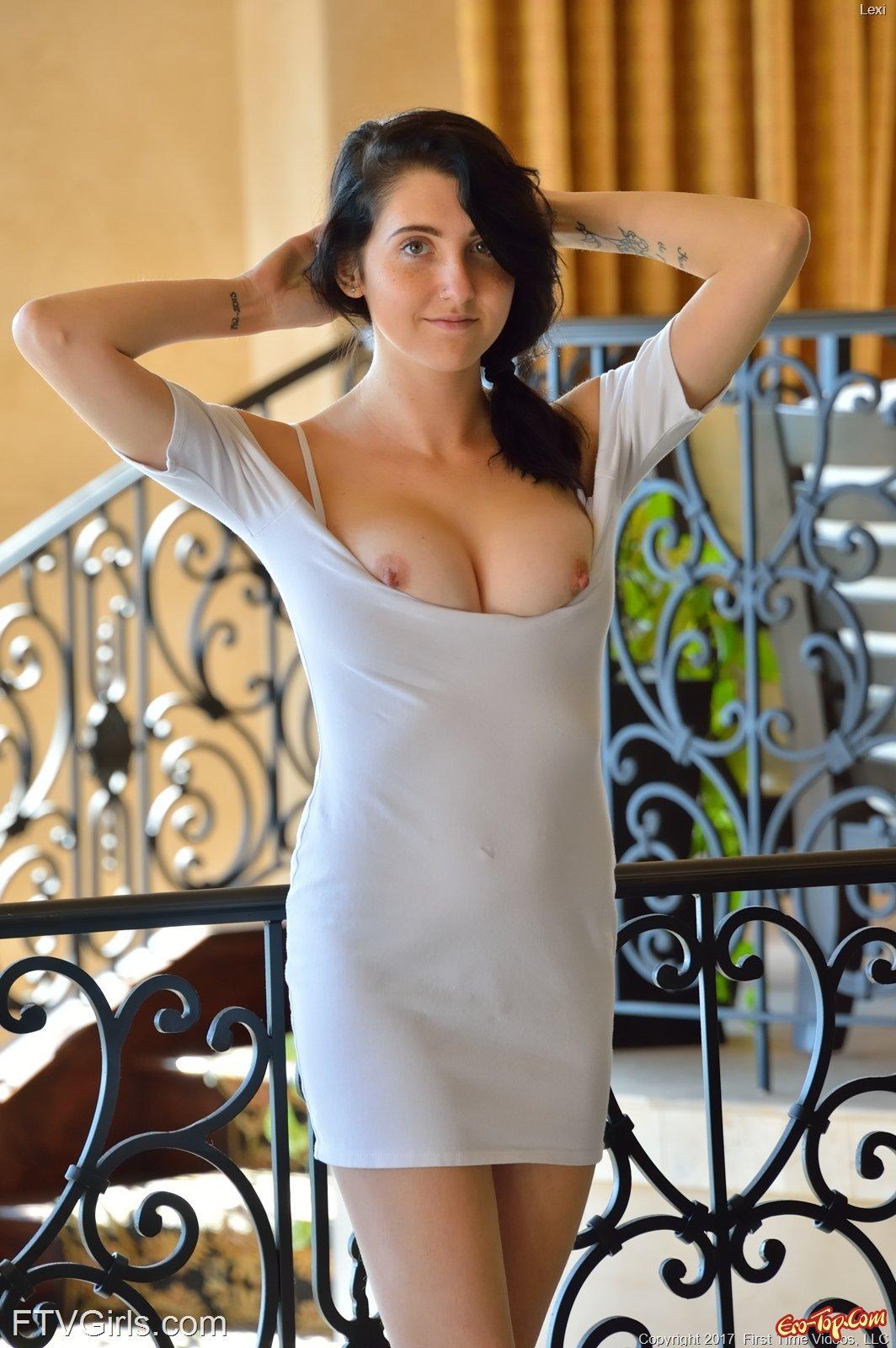 Смуглая красоточка с пухлой пиздой стащила платье