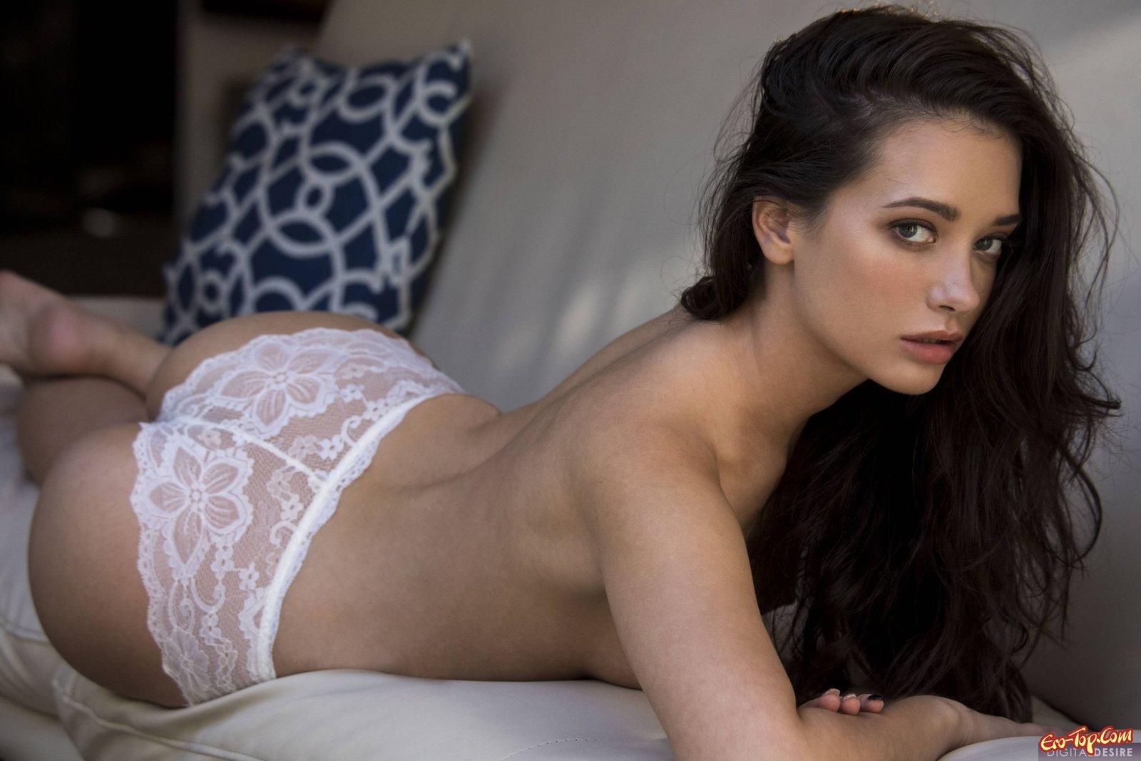 Милая красоточка в кружевном белье выставила напоказ вагину смотреть эротику