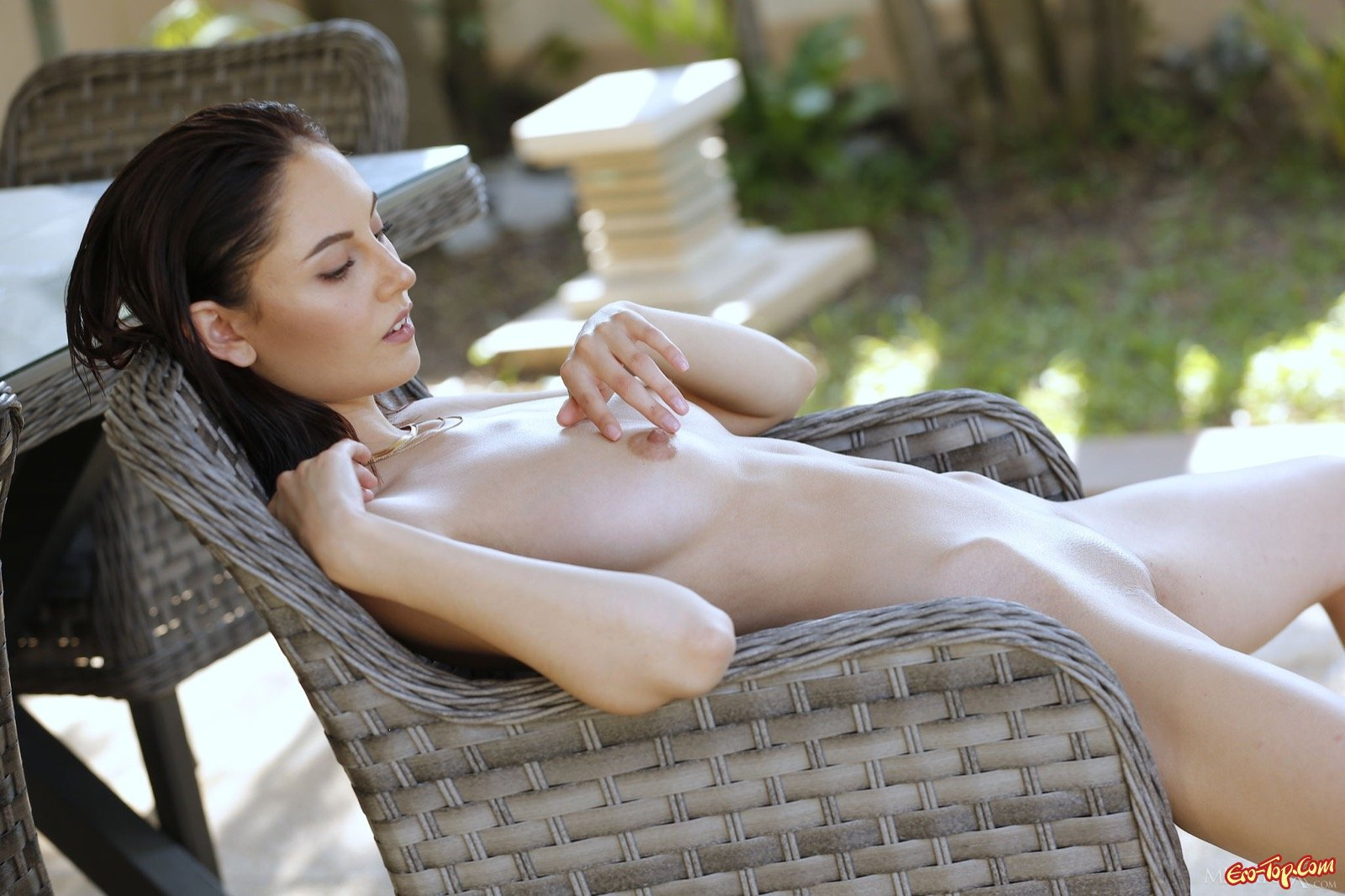 Милашка снимает купальник и позирует у бассейна