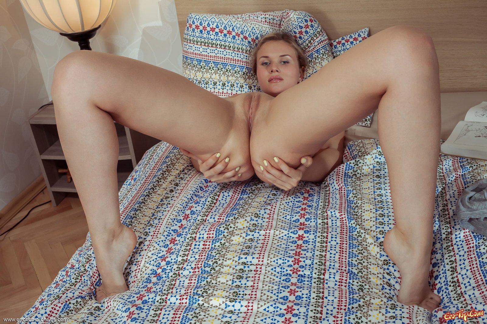 Телка с огромной жопой и бритой писькой на постели