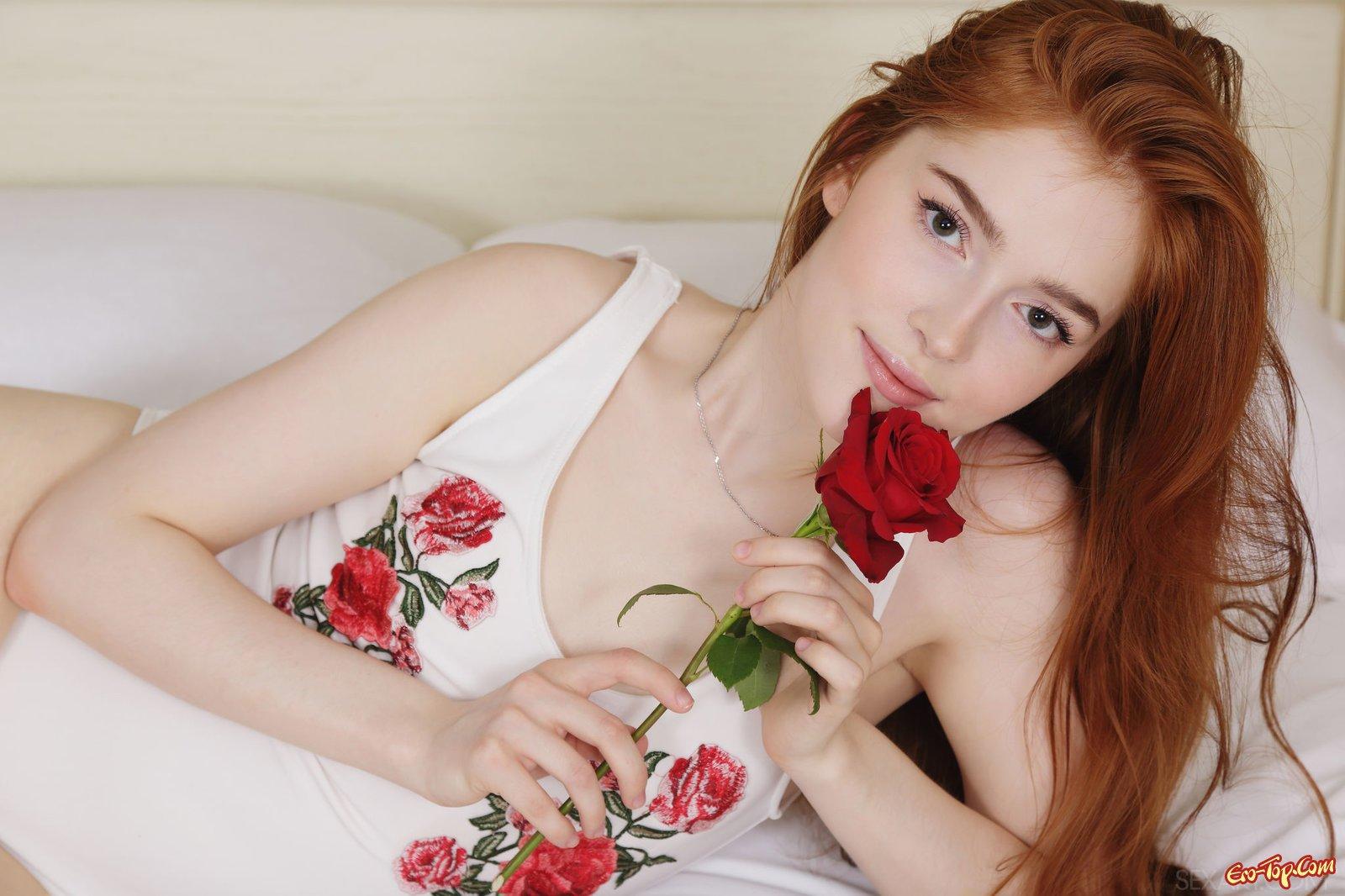 Рыжая милашка с плоской грудью позирует на кровати