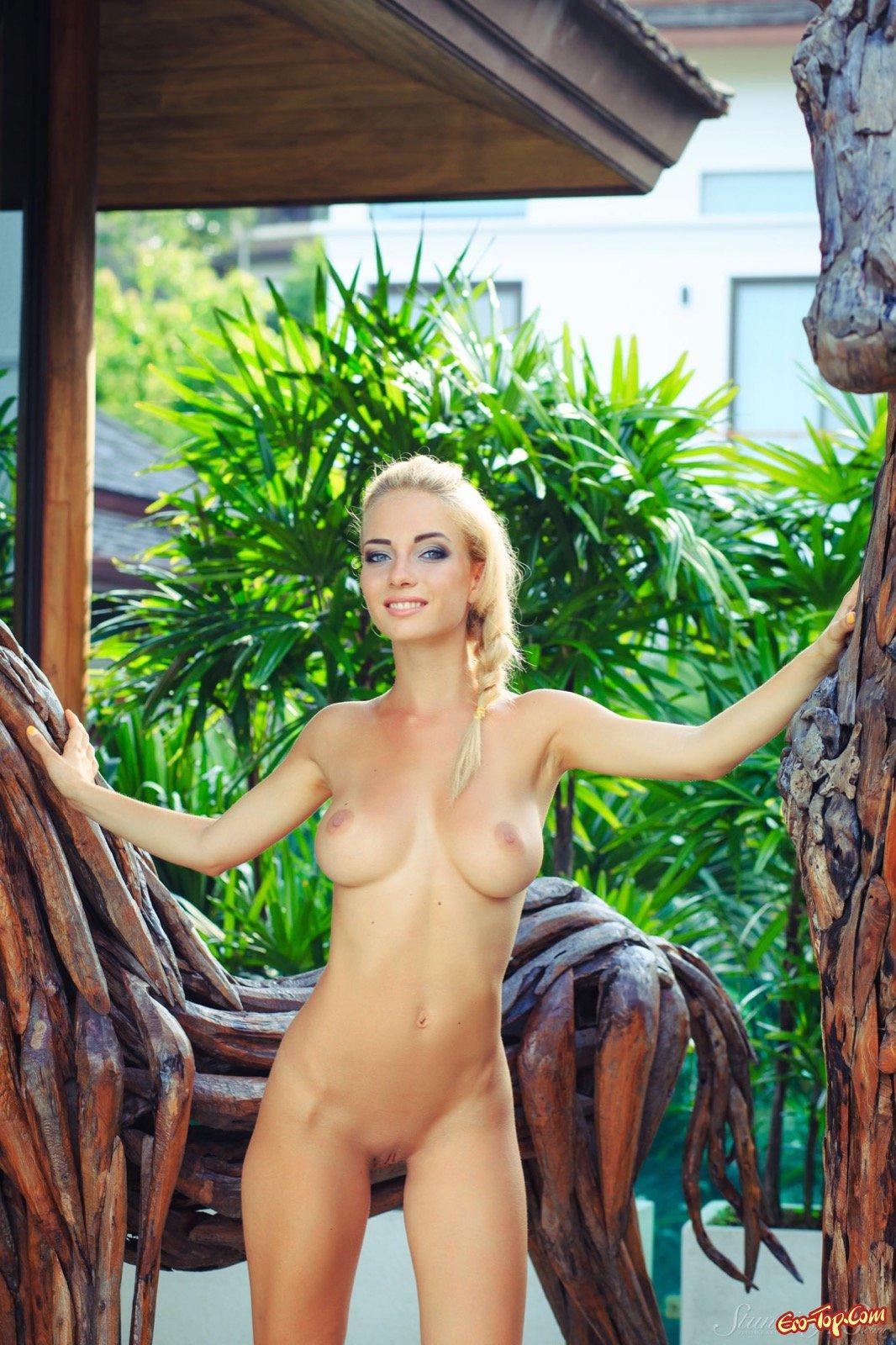 Блондинка с косой и крупными дойками