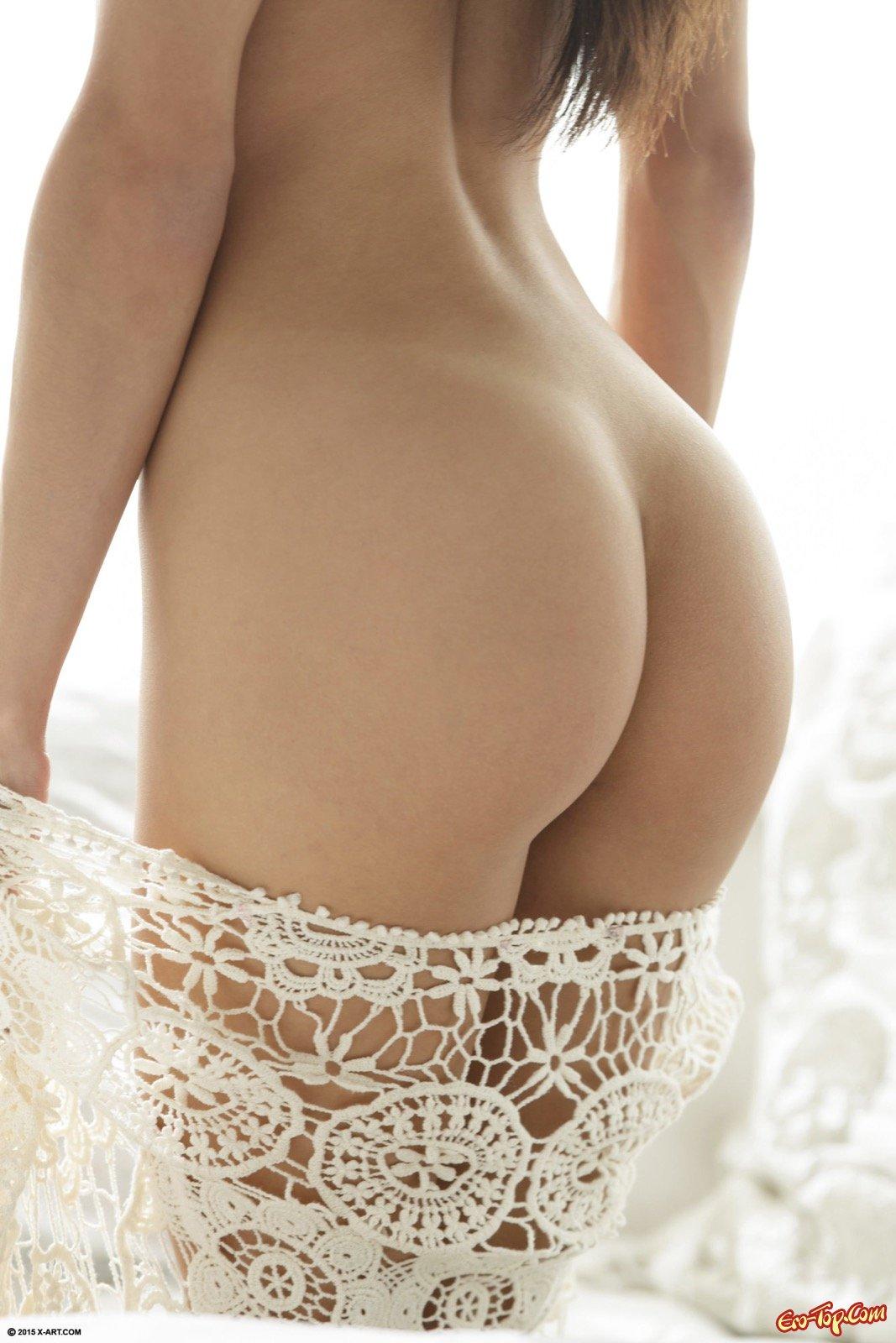 Миленькая девица с маленькой грудью голая в постели