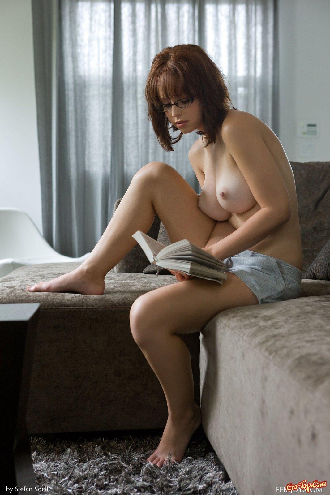 Модель в очках с огромными буферами читает книгу