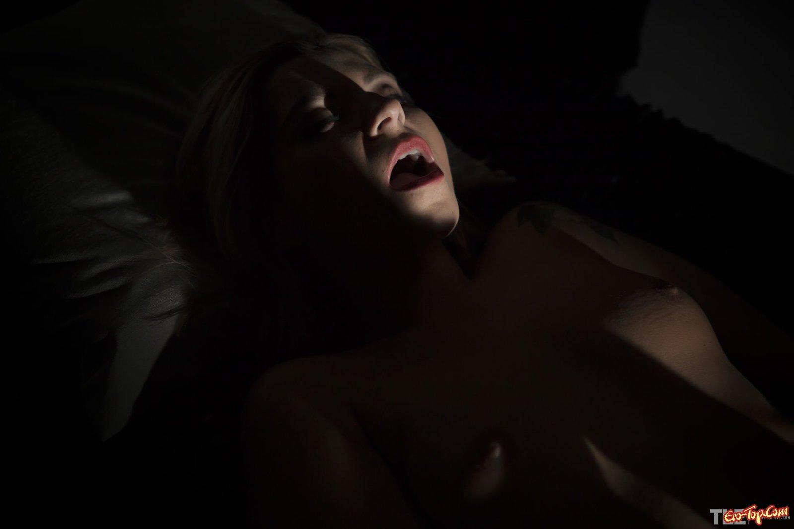 Нагая девка с самотыком в полумраке