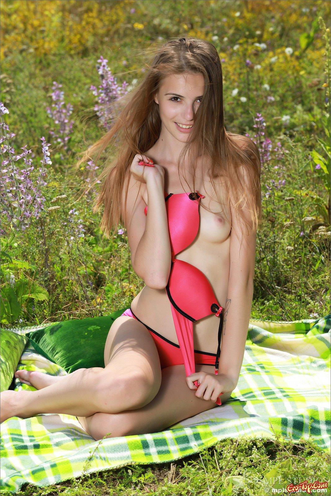 18-летняя няшка в купальнике разделась в саду