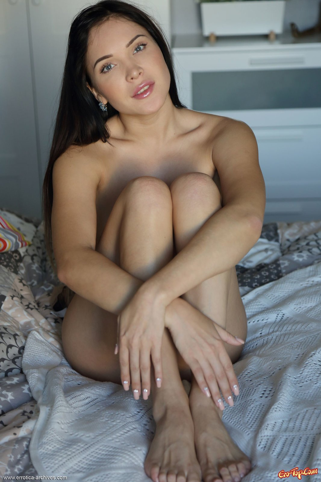 Тёлка раздетой в кровати в постели стоит рачком