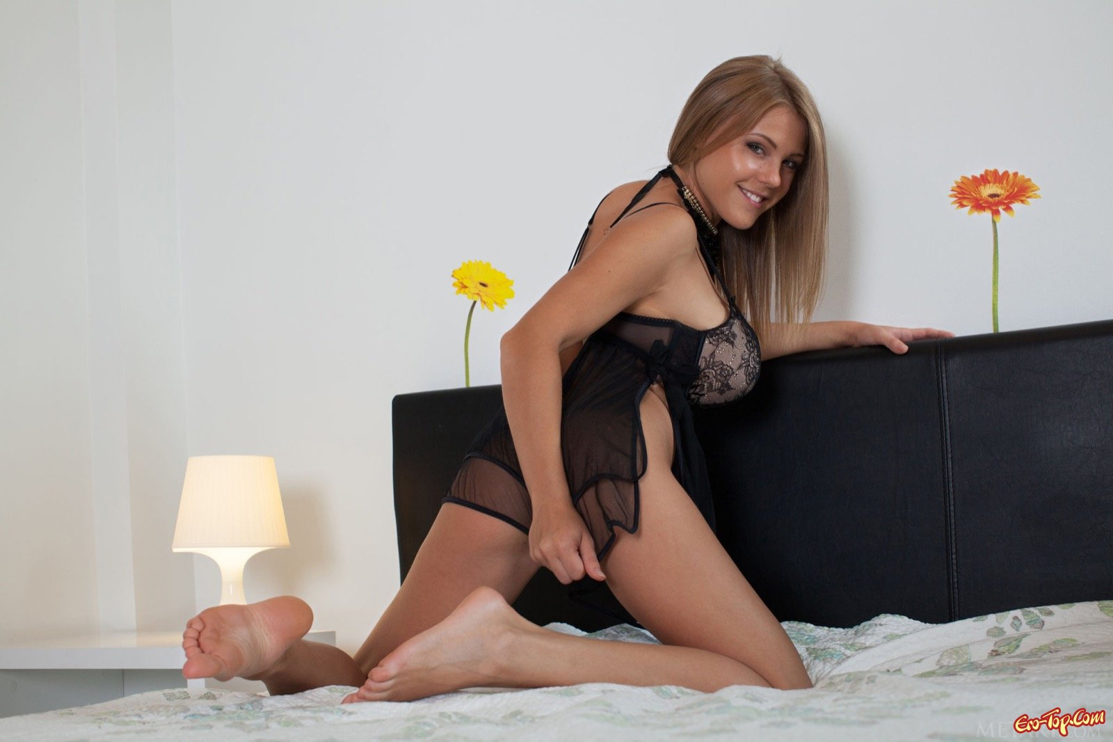 Шикарная девка сняла пеньюар показав большую грудь