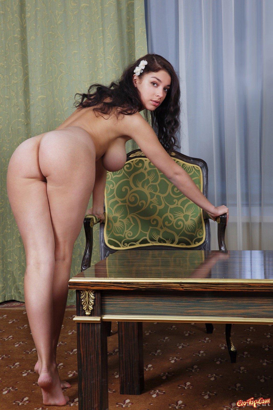 Нагая баба с роскошной жопой и крупными грудями