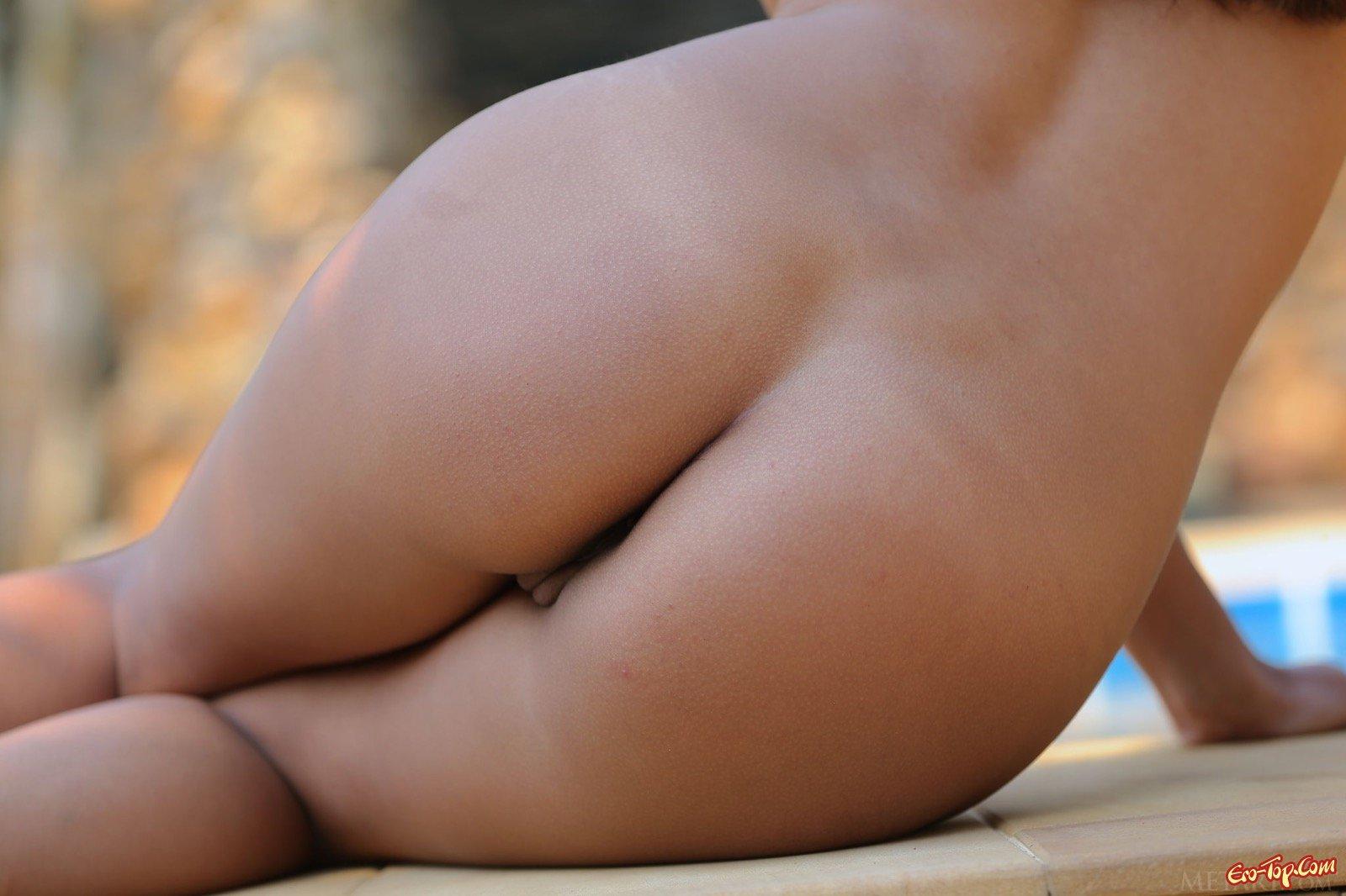 Обнаженная девка с крохотными сиськами у бассейна секс фото
