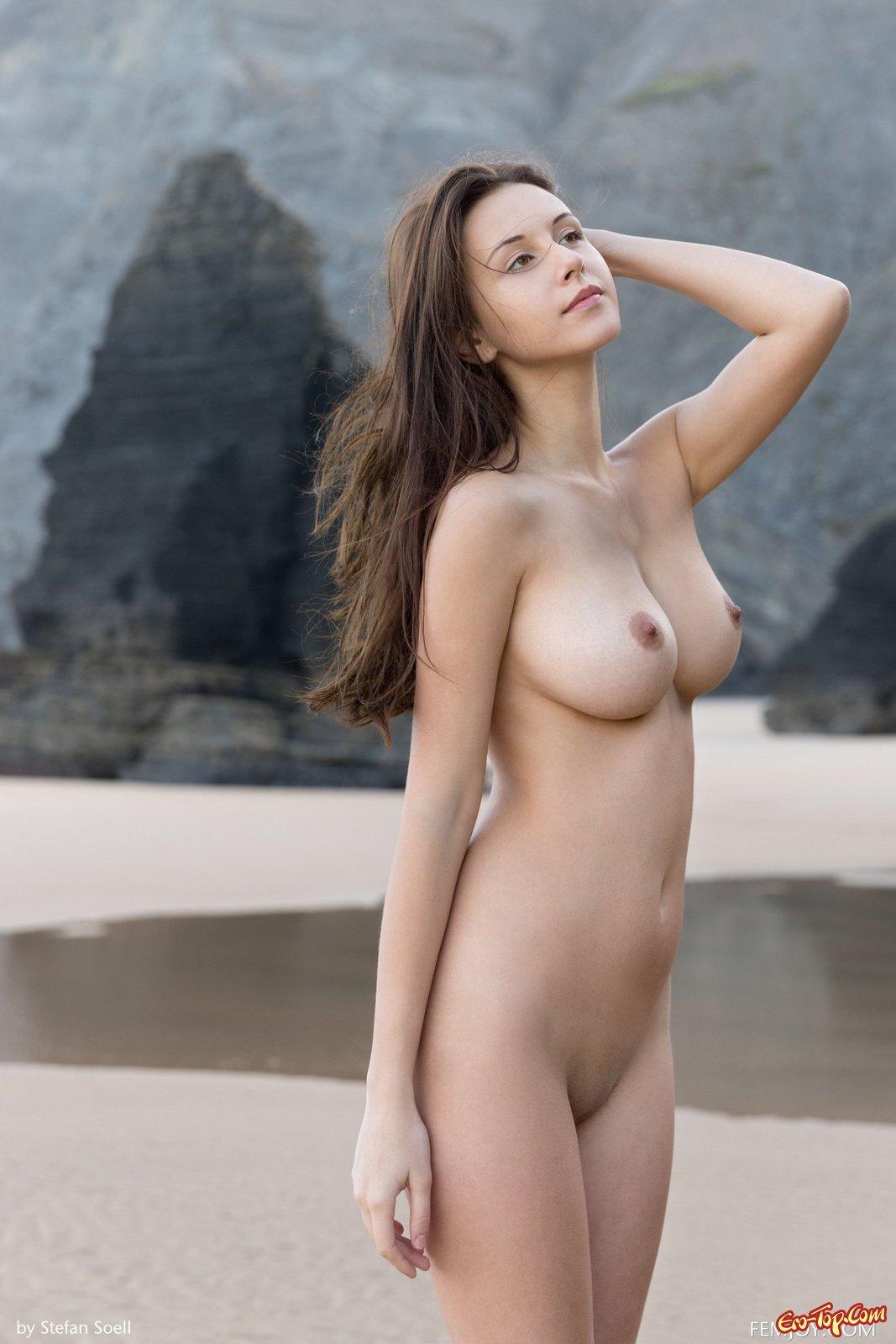 Голенькая милашка с натуральными дойками на пляже