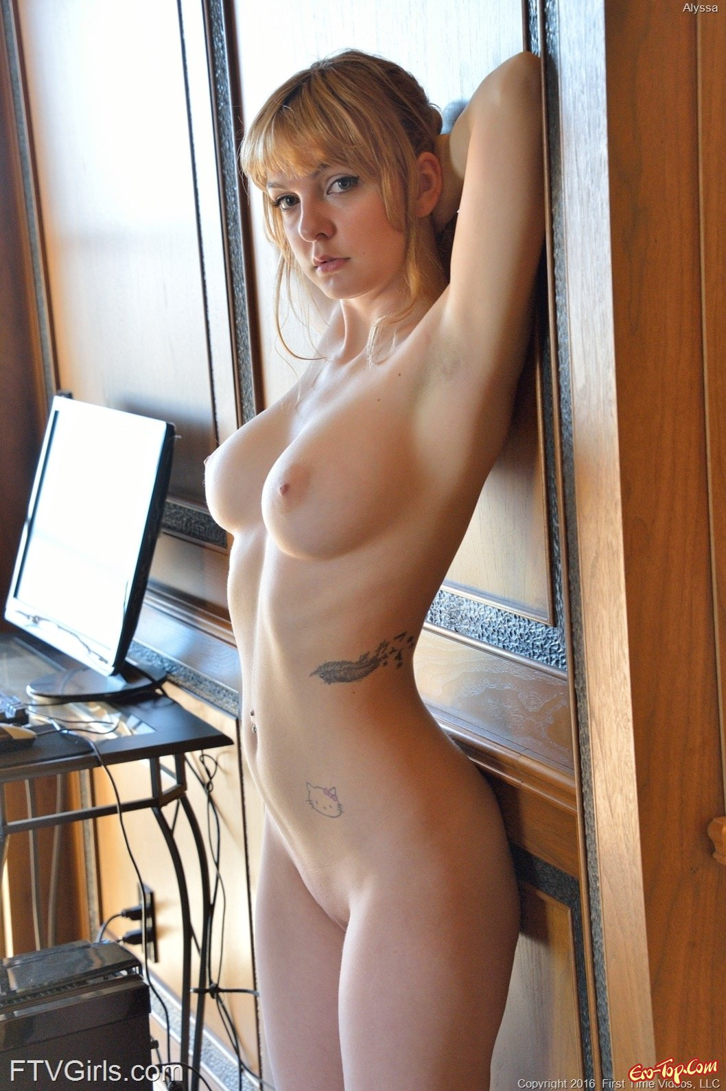 Сняв платье и бельё голая девушка позирует в доме