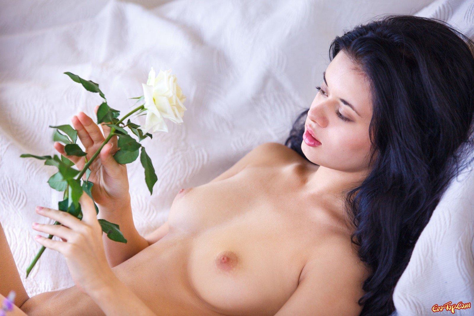 Роковая брюнеточка в трусиках с маленькими буферами секс фото