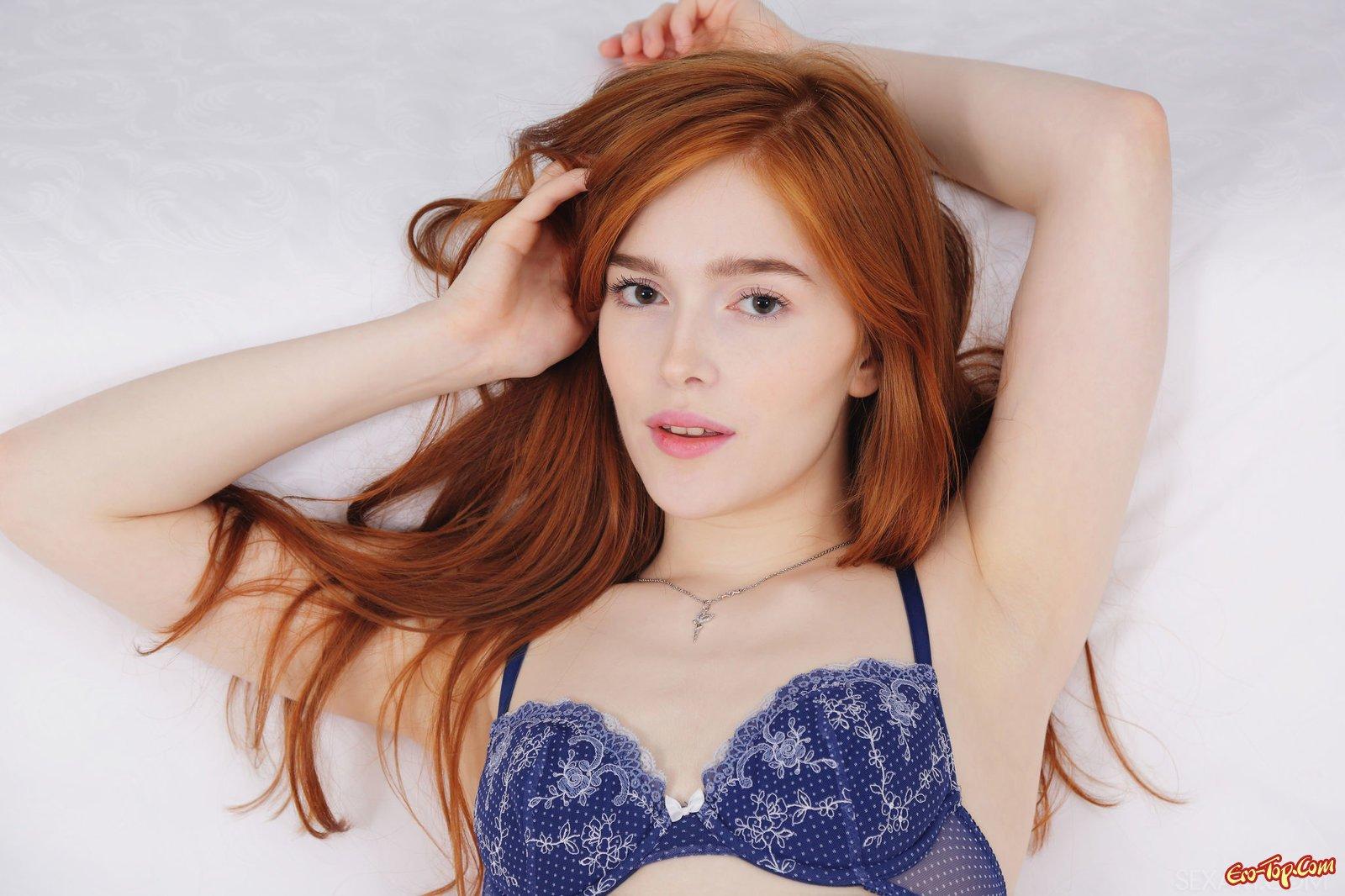 Возбужденная рыженькая красавица в нижнем белье в спальне