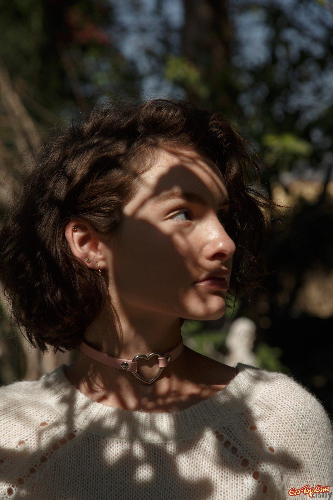 Изящная Молодая девушка в лосинах в общественном месте смотреть эротику