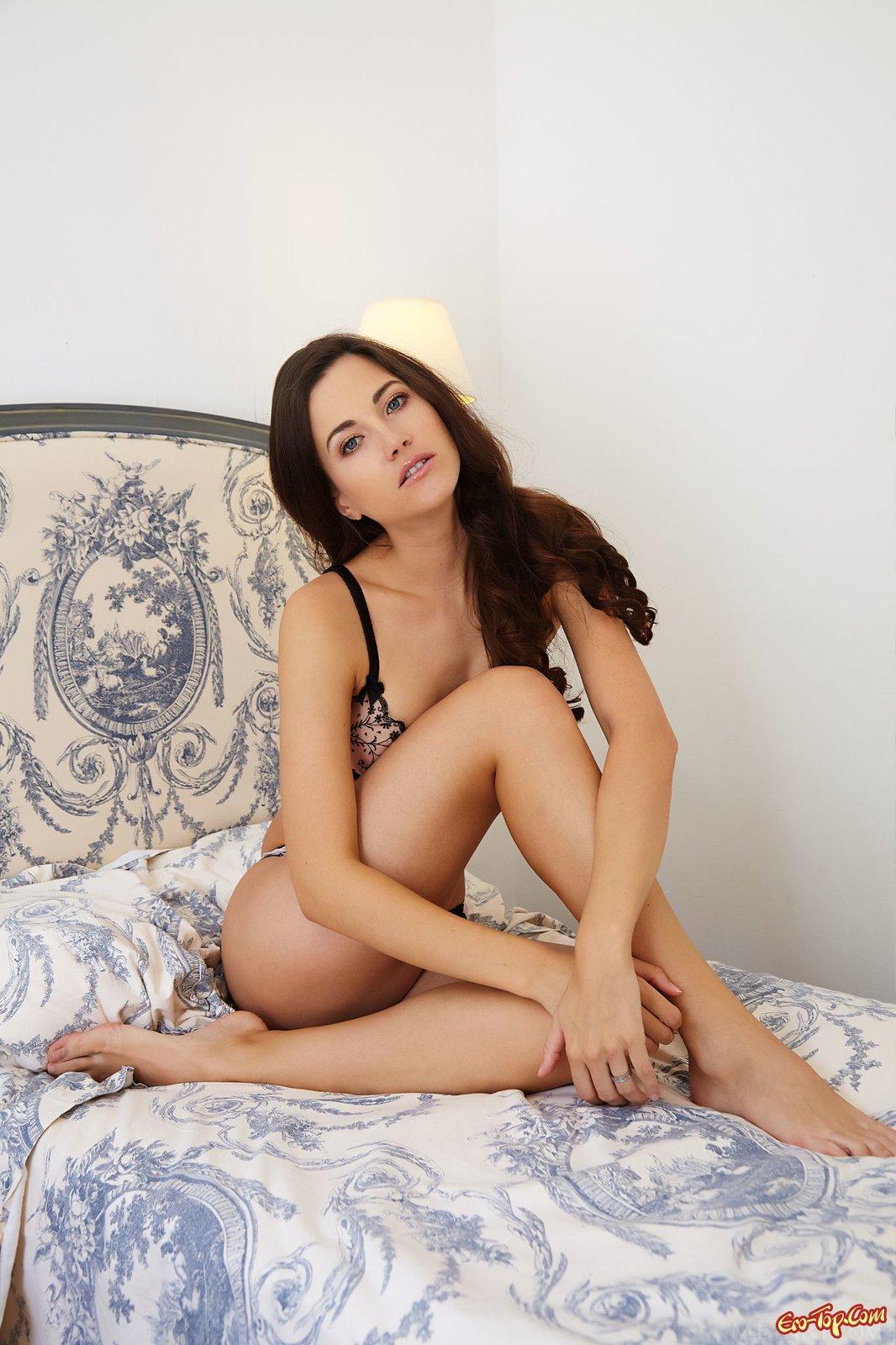 Длинноногая сексуальная шатенка с бритой писькой