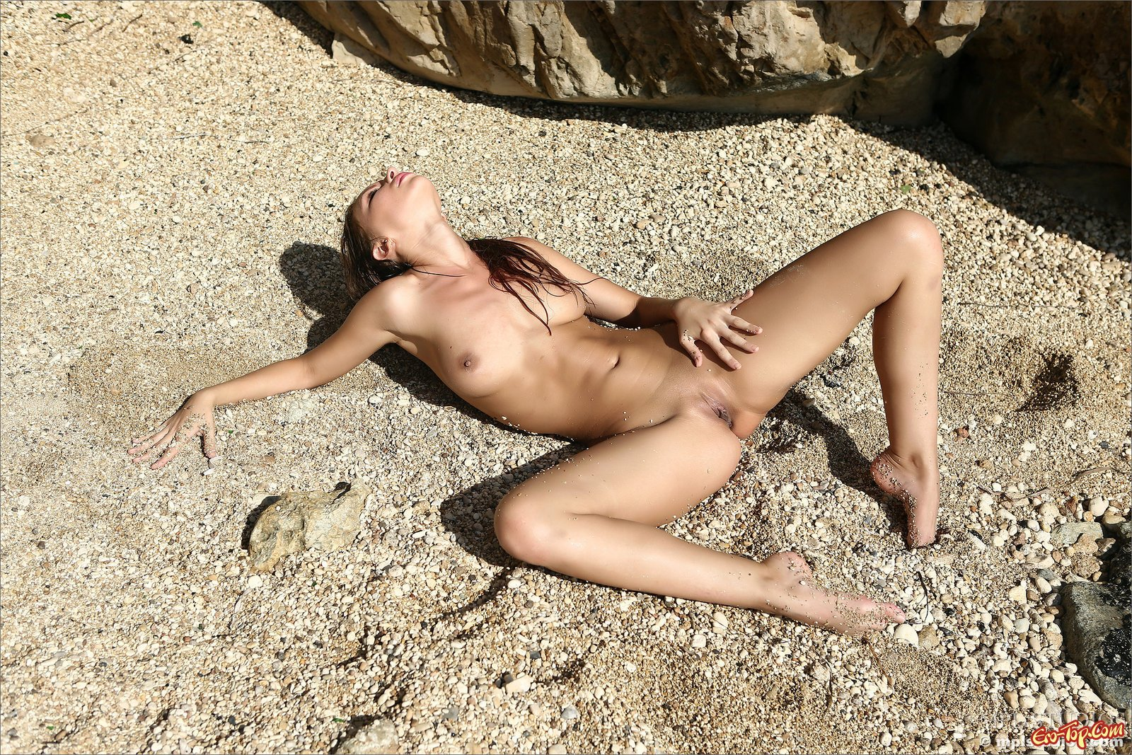 Обнаженная милашка показывает письку на пляже